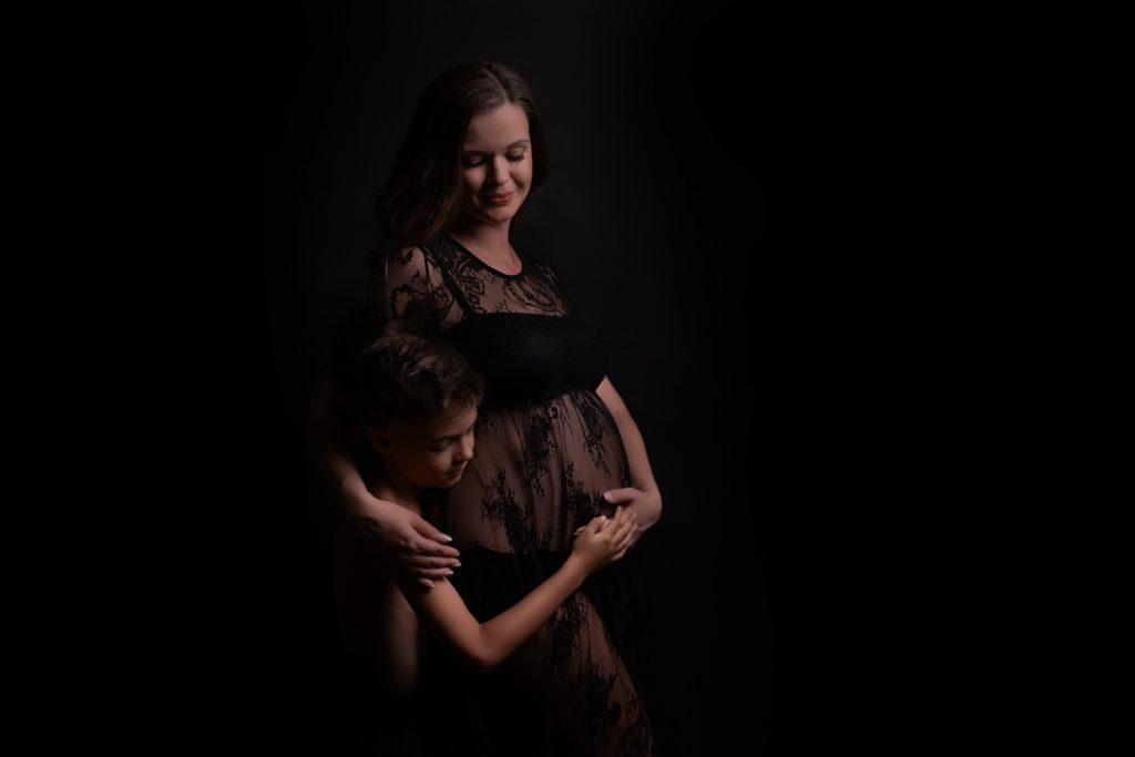 fotenie s rodinou, fotenie so synom, spoločné, tehotenské fotenie, čierne, atelierové fotenie,