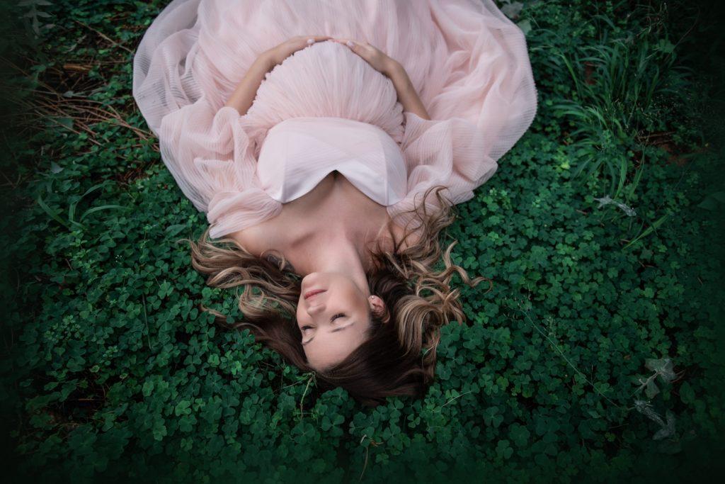 fotenie v šatách, tehotenské, fotenie v lese, fotenie tehulka, Žilina